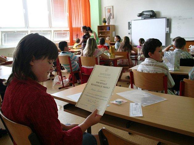 Kvůli opravám budovy dostali žáci znojemské Základní školy JUDr. Mareše vysvědčení už čtyřiadvacátého června. Prodlouží si díky tomu prázdniny.