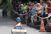 Recesistický závod podomácku vyrobených motokár pobavil přihlížející diváky ve Znojmě již popáté.