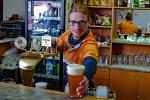 Mladý hospodský Vojtěch Čabala zatím prodává přes okénko a chystá podnik na postupné otevření.