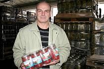 POKRAČOVATEL TRADICE. Jedním z mála, kdo se na Znojemsku pustil do zavařování kompotů a sterilování tuzemské zeleniny ve velkém, je zakladatel a majitel společnosti Ekon Josef Sochor.