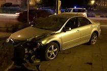 V sobotu o půl čtvrté nad ránem projížděla hlídka městské policie po náměstí Svobody. Několik desítek metrů před ní se stala dopravní nehoda. Řidič mazdy nezvládl pravotočivou zatáčku, přes dopravní ostrůvek vjel do protisměru až na chodník.
