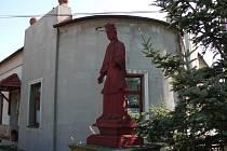 Sochu znázorňující postavu z řecké mytologie odvezli Višnovští do ateliéru René Vlasáka. Na své místo se vrátí do konce roku.