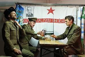 Mrazivou frašku z dob hluboké totality sehráli zleva herec Pavel Gajdoš, autor hry Milan Nováček a ochotnický herec Pavel Müller.