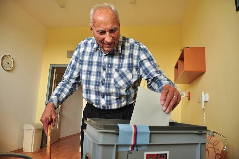 Bohuslav Zika (na snímku) žádné volby prý nevynechal, ujít si je nechal ani ve svých 98 letech. Svůj hlas vhodil do přenosné urny v Domově pro seniory U Lesíka ve Znojmě.