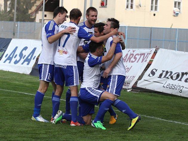 Znojemští fotbalisté v utkání s Varnsdorfem.