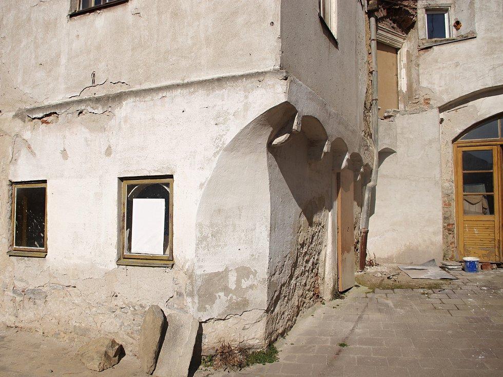 Dvorní trakt původem středověkého domu ve Velké Mikulášské ve Znojmě nazývaného Stará pekárna.