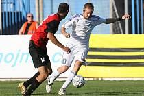 Fotbalista Tomáš Okleštěk (v bílém).