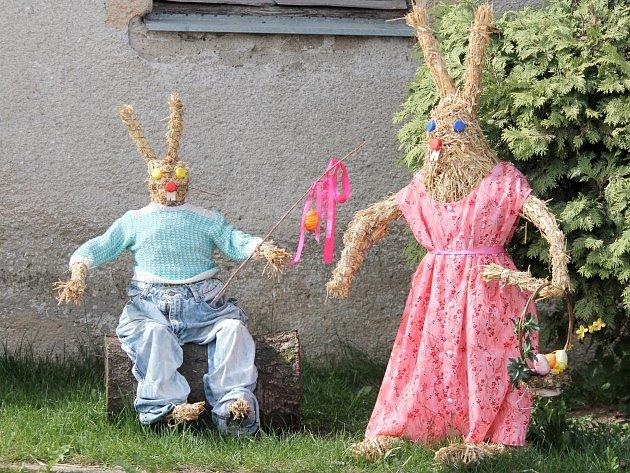 Několik figur zajíců zdobí Vracovice na Znojemsku. Jeden z nich jakoby zdravil řidiče jedoucí ze Znojma na Vranovsko.Další hlídají budovu obecního úřadu nebo místní prodejny potravin. Nechybí velikonoční žíly či kraslice.