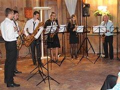 Žáci známého znojemského muzikanta Karla Fojtíka zahráli před zaplněným Sálem předků znojemského hradu.