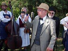 Jiří Svoboda ve své roli řídícího učitele vypráví na jedné z akcí Spolku přátel Hroznové kozy.