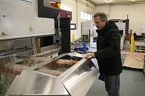 Nynější ředitel Miroslavských strojíren Ivan Novotný v roce 1994 firmu s dalšími rodinnými příslušníky zakládal. Teď zaměstnává okolo osmdesáti lidí.