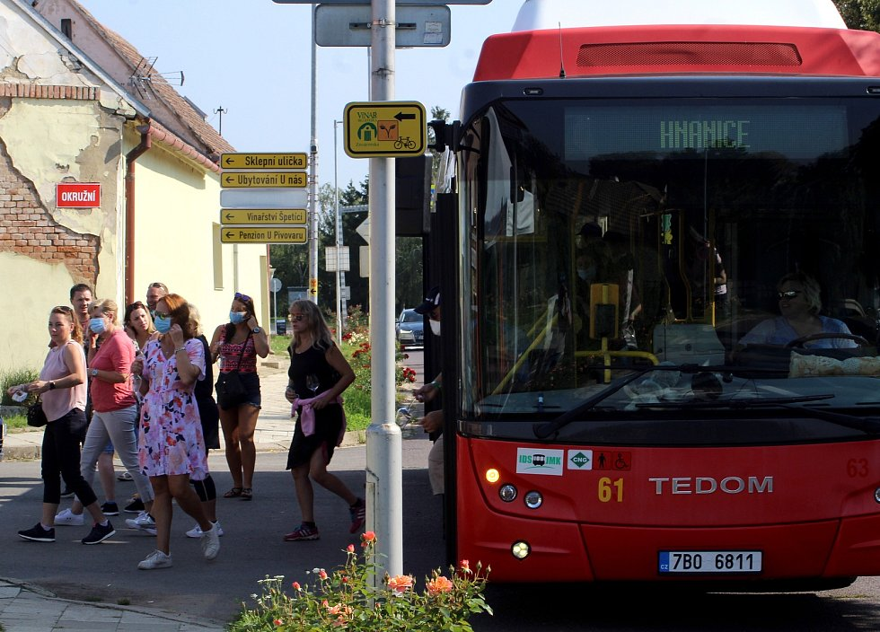 Tisíce turistů zavítaly do vesnic v okolí Znojma na Vinařské t(r)ipy. Někteří přijeli autobusem...