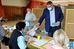 Druhý den voleb zamířil k volební urně kandidát na post senátora, mravskokrumkovský starosta Tomáš Třetina.