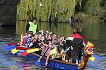 Vítězové kategorií základních a středních škol znojemského závodu dračích lodí postupují na republikové finále.