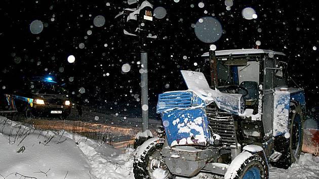 Traktor s pluhem se srazil nedaleko Štítar s osobním vlakem.