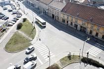 Objekty po Městské zeleni (vpravo s okrovou fasádou) mají zmizet. Na jejich místě by mělo být parkoviště či parkovací dům. Křižovatku ve tvaru písmene T má podle vedení Znojma v budoucnosti nahradit kruhový objezd.