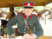 Policista František Šmákal je členem znojemských polních myslivců. Každoročně se účastní několika rekonstrukcí historických bitev. Je také nositelem Řádu strážců historie zákona.