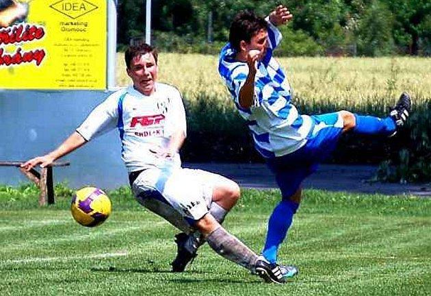 PRVNÍ VÍTĚZSTVÍ. Úvodní dva duely letní přípravy za sebou mají znojemští fotbalisté (jeden z nich je na snímku v modrobílém). Ti na půdě HFK Olomouc jednou zvítězili a ve druhém zápase remizovali.