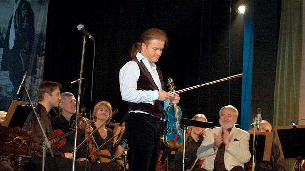 Pavel Šporcl s cimbálkou Gipsy Way Ensemble.