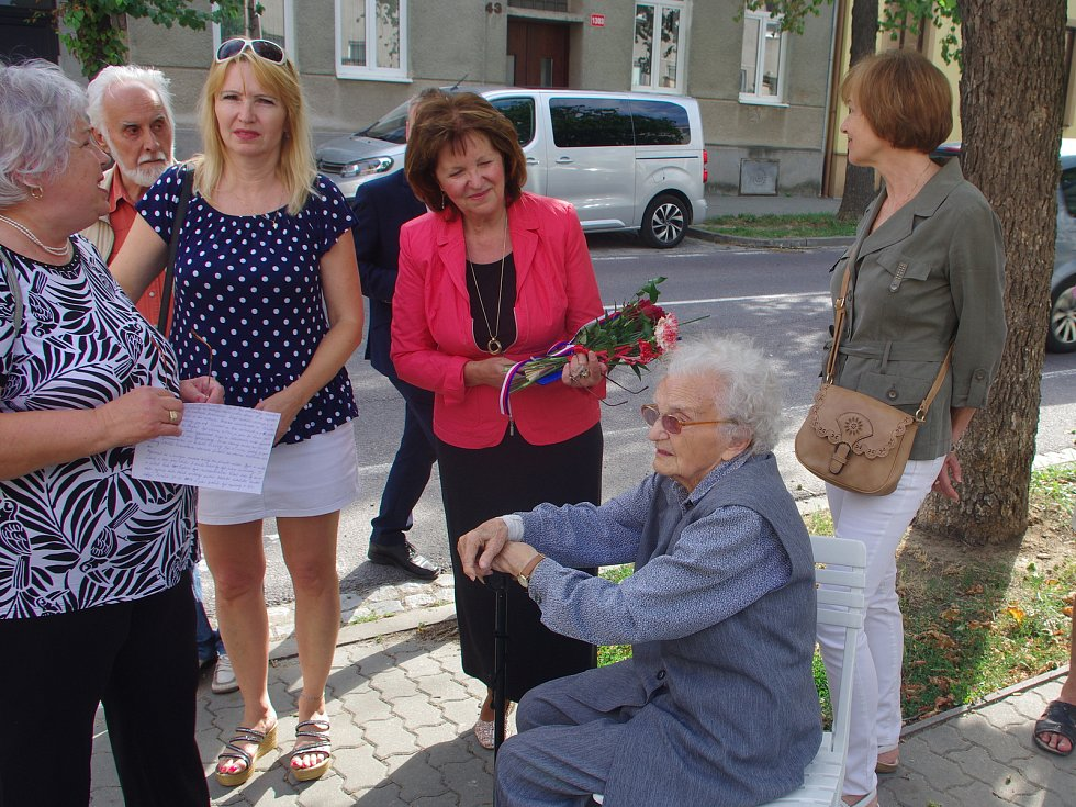 Sto páté výročí narození výsadkáře a válečného hrdiny Jana Kubiše si připomněli lidé ve Znojmě. Pietní akce se účastnila se účastnila i třiadevadestáletá válečná veteránka Anna Kalousová.