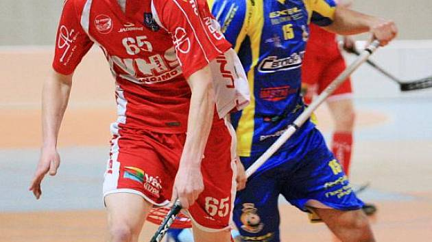 Obránce Jiří Bauer (v červeném).