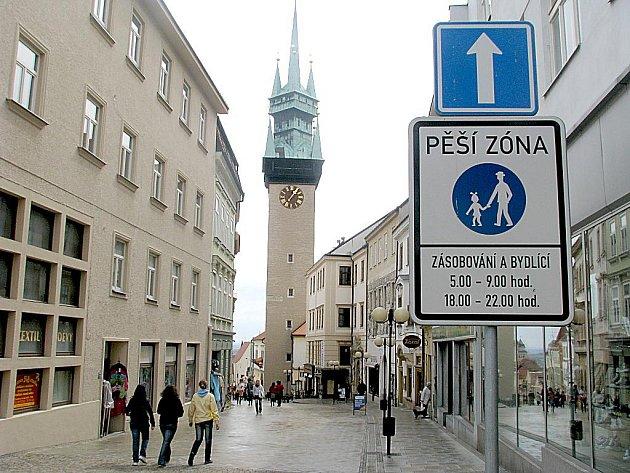 Městský úřad ve Znojmě v Obrokové ulici a Radniční věž. Ilustrační foto.