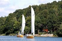 Loď vedená kapitánem Eduardem Procházkou (vpravo) se otáčí jako první na bójce číslo jedna při letošní vranovské Gagan regatě. Podobný obrázek nabídla většina závodů, kterých se letos trojice Procházků zúčastnila.