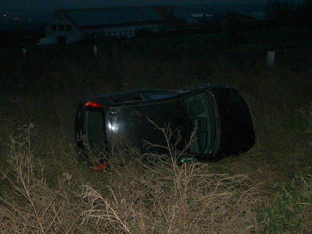 Auto skončilo v poli před Konicemi.