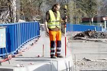 Do finiše se blíží opravy dvojice mostů přes železnici ve Znojmě. V pátek 13. je v obou směrech silničáři chtějí otevřít.
