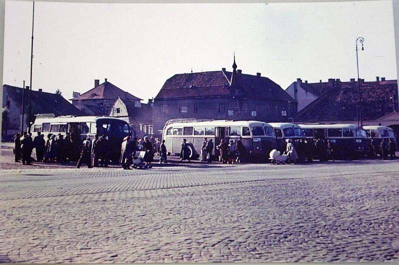 NÁDRAŽÍ. Bílý dům ve Znojmě, kde sídlil okresní výbor KSČ a okresní rada odborů postavili dělníci na konci sedmdesátých let. Předtím v poválečném období prostranství u náměstí Svobody sloužilo jako autobusové nádraží.