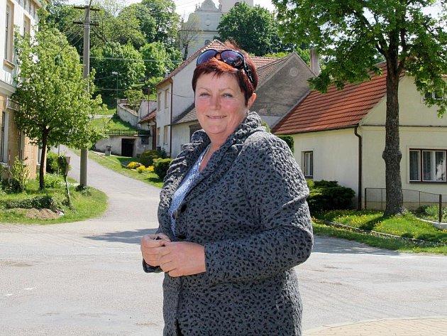 Usměvavá trstěnická starostka Zdeňka Březinová je pyšná na opravené  budovy ve vsi.