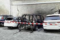 K požáru čtyř zaparkovaných aut vyjížděli hasiči ve Znojmě v noci na úterý. Hořet začalo jedno z nich, příčinou ohně je technická závada. Plameny poškodily další tři vozy. Škody se vyčíslují, půjdou do milionů.