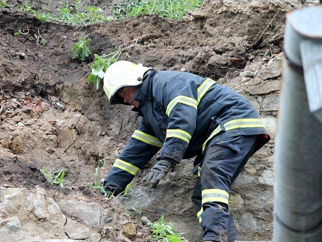 Strmý svah se utrhl ve Znojemské ulici Koželužská. Podmáčená zemina zavalila zadní trakt rodinného domku. Majitelé byli v tu chvíli doma, nic se jim nestalo.