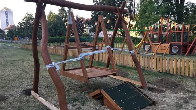 V Kolonce, v Pražské a Aninské ulici ve Znojmě nainstalovali dlěníci v těchto dnech speciální houpačky pro děti na invalidním vozíku