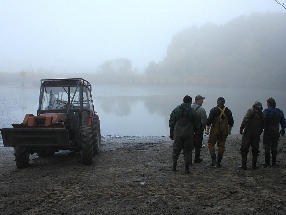 Výlov jednoho ze dvou rybníků U Jejkala nedaleko Vranova.