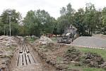 Nejstarší znojemské sídliště Pražská rozryly bagry. Po padesáti letech se poprvé opravuje potrubí rozvádějící do domů teplo.
