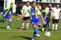 Fotbalisté Tasovic (v modrožlutém) táhnou čtyřzápasovou šňůru bez prohry. Naposledy remizovali 2:2 v Břeclavi.