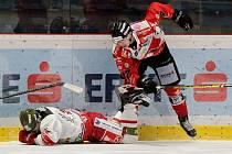 Letošní čtvrtfinálová série s Bolzanem byla pro hokejisty Znojma (v červeném) možná labutí píseň v EBEL.