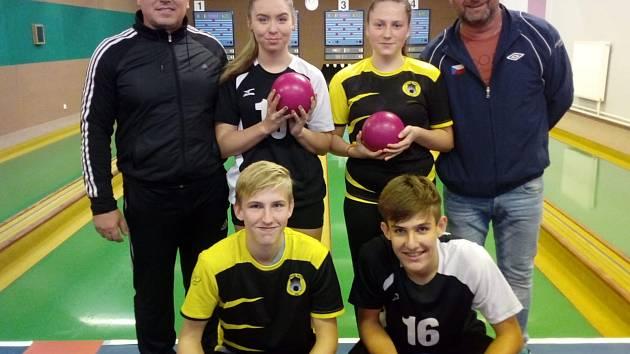 Družstvo šanovských dorostenců loni vybojovalo ve své kategorii postup do první ligy. Během posledního říjnového víkendu se pak Kristýna Blechová (druhá zleva nahoře) a Petr Bakaj mladší (první zleva dole) kvalifikovali na reprezentační turnaj ve Vyškově.