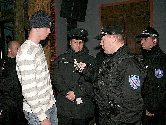 Strážníci a policisté celou noc kontrolovali noční podniky