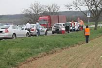 Srážka čtyř osobních aut na silnici I/53 před Lechovicemi.
