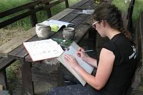 Posluchačka Silvie Šmardová kreslí keramické nádoby z centrálního pohřebiště.