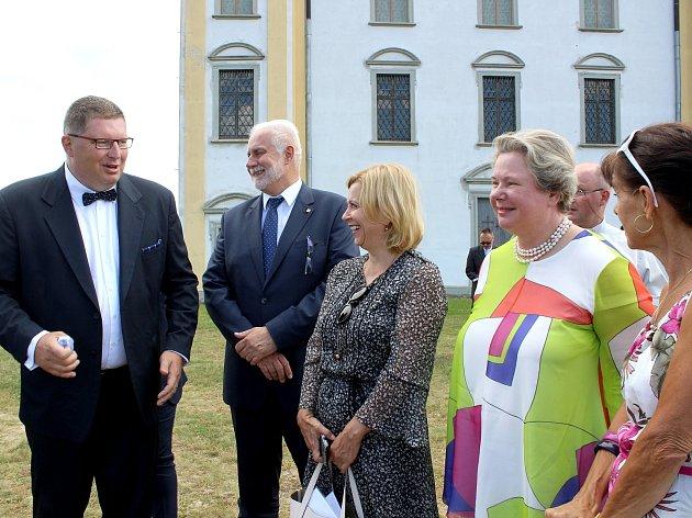 Maria Pia Kothbauer, princezna Liechtenstein (dáma v barevné halence), navštívila Moravský Krumlov.