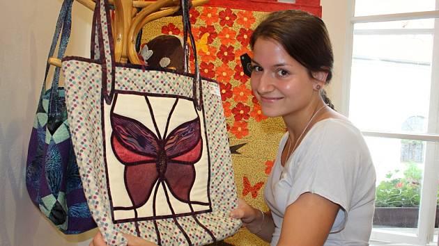 Díla vyšívaná technikou patchwork jsou k vidění v galerii Domu porozumění na Slepičím trhu. Městská knihovna a Patchworkový klub Znojmo tam pořádají výstavu s názvem Tanec motýlů.