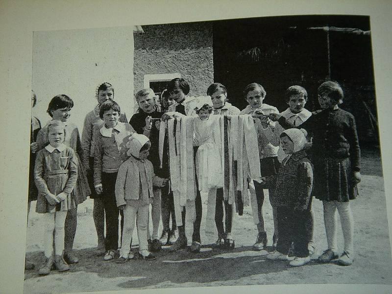 K předvelikonočním tradicícm patří zvyky spojené se Smrtnou neděli. Na snímku smrolkový průvod ve Stupešicích  v roce 1965.
