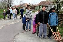 Asi dvacítka chlapců i dívek chodí v Havraníkách v době velikonočních svátků hrkat.