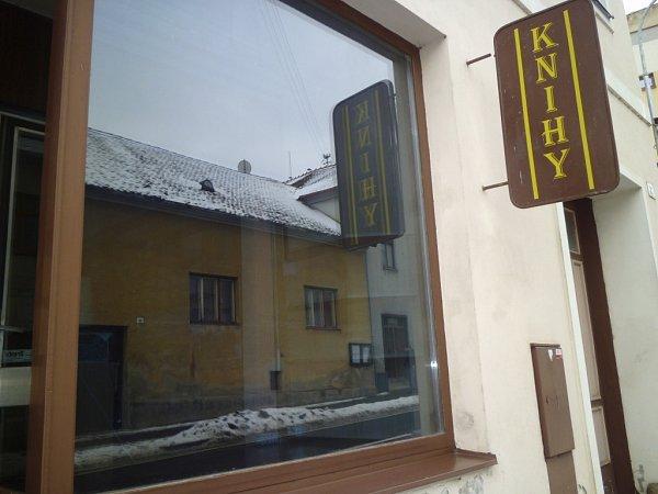 Zavřená restaurace Na špici vZámecké ulici, knihkupectví, prodejna koberců a hotel na náměstí na prodej.