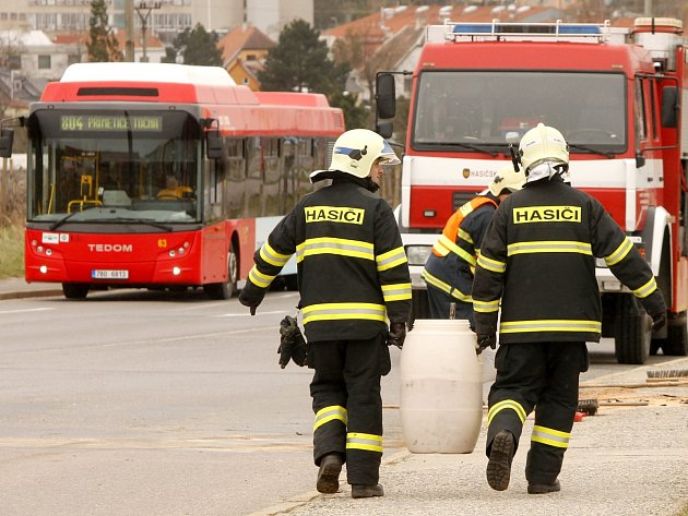 Zásah hasičů při srážce dvou osobních aut na křižovatce znojemských ulic Přímětické a Únanovské.