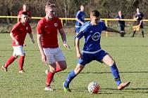 Fotbalisté Moravského Krumlova (v modrém) remizovali 1:1 v sobotním zápase krajského přeboru s Boskovicemi.