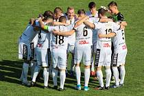 Tasovičtí fotbalisté (v bílém) zvítězili v neděli na domácím hřišti 6:0 nad celkem Velké Bíteše v rámci 7. kola divize D.